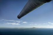 Spanje, Gibraltar, 8-6-2006Een van de kanonnen van de verdedigingswerken van Gibraltar. De rots is een historisch en strategisch punt. Geschiedenis, koude oorlog. Deze loop is gericht op de middellandse zee.Op de achtergrond is de kust van Noord Afrika te zien.Britse kroonkolonie. Foto: Flip Franssen