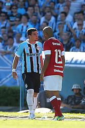 André Lima(e), jogador do Grêmio, discute com Rodrigo Moledo, do Internacional-RS, durante partida válida pela última rodada do Campeonato Brasileiro 2012FOTO: Jefferson Bernardes/Preview.com