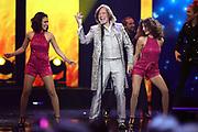 Jürgen Drews mit seinen Tänzerinnen bei der «Silvestershow 2019» mit Jörg Pilawa & Francine Jordi in der Baden-Arena, Messe Offenburg.