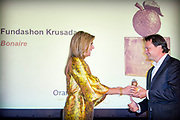 Koningin Maxima reikt Appeltjes van Oranje uit. Met de Appeltjes van Oranje bekroont het Oranje Fonds jaarlijks sociale initiatieven die op succesvolle wijze groepen mensen verbinden. <br /> <br /> Queen Maxima awards the Apples of Orange. The Apples of Orange honors the Oranje Fonds social initiatives annually that connect groups of people successfully.<br /> <br /> Op de foto / On the photo: oningin Maxima reikt een Appeltje van Oranje uit aan Fundashon Krusada