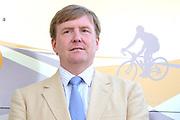 Uitreiking Gele trui na eerste etappe in Utrecht na de individuele tijdrit van 13,8 km.<br /> <br /> Presentation Yellow jersey after the first stage in Utrecht after the individual time trial of 13.8 km.<br /> <br /> Op de foto / On the photo:   Koning Willem Alexander