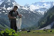 GEO-Tag der Artenvielfalt im Nationalpark Hohe Tauern 2013. Für Helmut Deutsch war es noch ein wenig zu kalt, die Natur noch nicht weit genug: Der Schmetterlingsexperte fand bei der Inventur im Innergschlößtal aber immerhin schon 20 Arten. In drei Wochen, wenn der Sommer schon etwas sommerlicher ist, könnte er am selben Ort bis zu drei mal so viele Spezies entdecken.