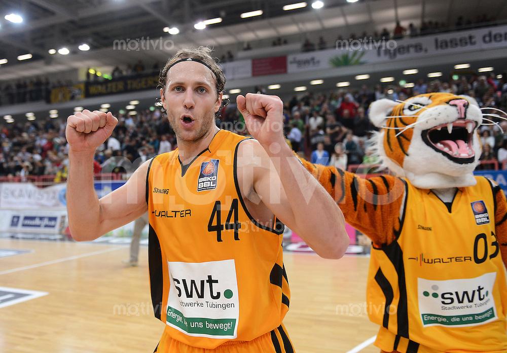 Basketball 1. Bundesliga   2012/2013  20.10.2012 Walter Tigers Tuebingen - LTi Giessen 46ers Schlussjubel Tigers, Machtwinner Vaughn Duggins (li) mit Maskottchen Walter
