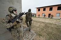 """03 APR 2012, LEHNIN/GERMANY:<br /> Kampfschwimmer der Bundeswehr trainieren """"an Land"""" infanteristische Kampf, hier Haeuserkampf- und Geiselbefreiungsszenarien auf einem Truppenuebungsplatz<br /> IMAGE: 20120403-01-108<br /> KEYWORDS: Marine, Bundesmarine, Soldat, Soldaten, Armee, Streitkraefte, Spezialkraefte, Spezialkräfte, Kommandoeinsatz, Übung, Uebung, Training, Spezialisierten Einsatzkraeften Marine, Waffentaucher"""