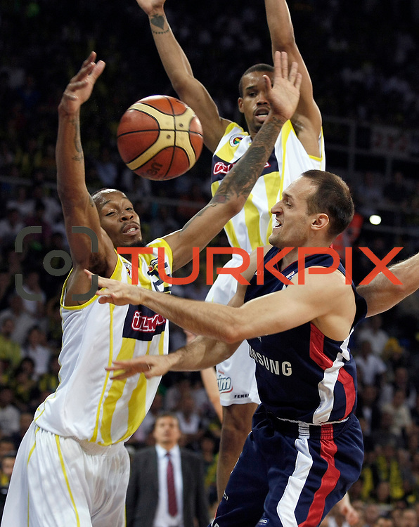 Fenerbahce Ulker's Tarence Anthony KINSEY (L), Lynn Terence GREER (B) and Efes Pilsen's Igor RAKOCEVIC (R) during their Turkish Basketball league Play Off Final fourth leg match Fenerbahce Ulker between Efes Pilsen at the Abdi Ipekci Arena in Istanbul Turkey on Thursday 27 May 2010. Photo by Aykut AKICI/TURKPIX