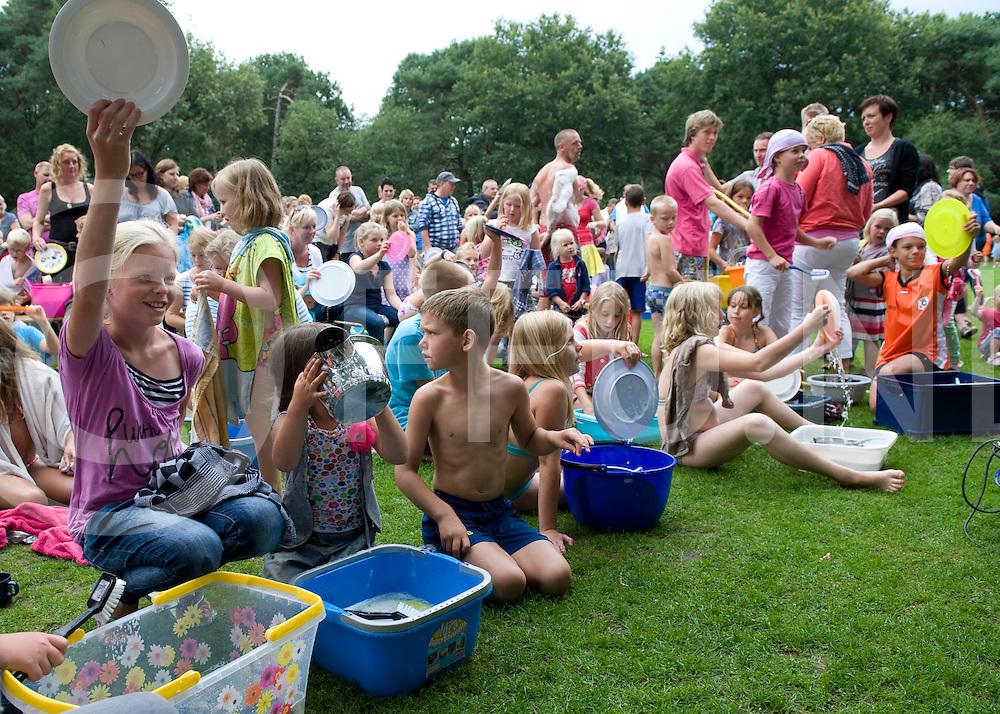Op camping Beerze Bulten wordt geprobeerd het wereldrecord afwassen in handen te krijgen.FFU PRESS AGENCY COPYRIGHT Leo van den Berg..
