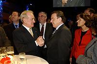 28 NOV 2002, BERLIN/GERMANY:<br /> Johannes Rau (L), Bundespraesident, und Gerhard Schroeder (R), SPD, Bundeskanzler, im Gespraech, Empfang zur Eroeffnung der Vertretung der Landes Nordrhein-Westfalen beim Bund, rechts: Christina Rau, Gattin des Bundespraesidenten, Landesvertretung NRW<br /> IMAGE: 20021128-02-011<br /> KEYWORDS: Bundespräsident, Gerhard Schröder, Gespräch, Ehefrau,