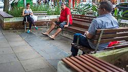 População de Canoas desfrutando do programa de Parklets da rua 15 de Janeiro, no centro da cidade. FOTO: Jefferson Bernardes/ Agência Preview