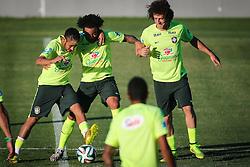 Neymar Jr., Marcelo e david Luiz durante o treino de Brasil antes da partida contra o Colombia, válida pelas quartas de final da Copa do Mundo 2014, no Estádio Presidente Vargas, em Fortaleza-CE. FOTO: Jefferson Bernardes/ Agência Preview