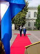 Koning Willem Alexander brengt een staatsbezoek aan de Republiek Litouwen. ///  King Willem Alexander makes a state visit to the Republic of Lithuania.<br /> <br /> Op de foto / On the photo: Koning Willem Alexander en Dalia Grybauskaitė, president van de Republiek Litouwen tijdens de Welkomstceremonie op het  Presidentieel Paleis, Vilnius /// King Willem Alexander and Dalia Grybauskaitė, President of the Republic of Lithuania during the Welcome Ceremony at the Presidential Palace, Vilnius