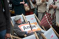 DEU, Deutschland, Germany, Magdeburg, 17.09.2013:<br />Eine Rentnerrunde verfolgt mehr oder weniger konzentriert die Rede von Bundeskanzlerin Dr. Angela Merkel (CDU) bei einer Wahlkampfveranstaltung der CDU auf dem Alten Markt.