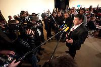 14 NOV 2009, DRESDEN/GERMANY:<br /> Sigmar Gabriel, SPD Parteivorsitzender, gibt Journalisten ein Pressestatement, SPD Bundesparteitag, Messe Dresden<br /> IMAGE: 20091114-01-092<br /> KEYWORDS: Parteitag, party congress, Kamrea, Camera, Mikrofon, microphone,