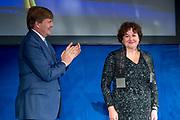 Koning reikt Erasmusprijs 2017 uit aan Michèle Lamont in het Koninklijk Paleis op de dam. De Erasmusprijs heeft dit jaar als thema Kennis, Macht en Diversiteit.<br /> <br /> King awards Erasmus Prize 2017 to Michèle Lamont at the Royal Palace on the dam. The Erasmus Prize has this year the theme Knowledge, Power and Diversity.<br /> <br /> Op de foto / On the Photo:  Koning reikt Erasmusprijs 2017 uit aan Michele Lamont / ing awards Erasmus Prize 2017 to Michele Lamont