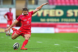 Leigh Halfpenny of Scarlets kicks at goal<br /> <br /> Photographer Craig Thomas/Replay Images<br /> <br /> Guinness PRO14 Round 3 - Scarlets v Benetton Treviso - Saturday 15th September 2018 - Parc Y Scarlets - Llanelli<br /> <br /> World Copyright © Replay Images . All rights reserved. info@replayimages.co.uk - http://replayimages.co.uk