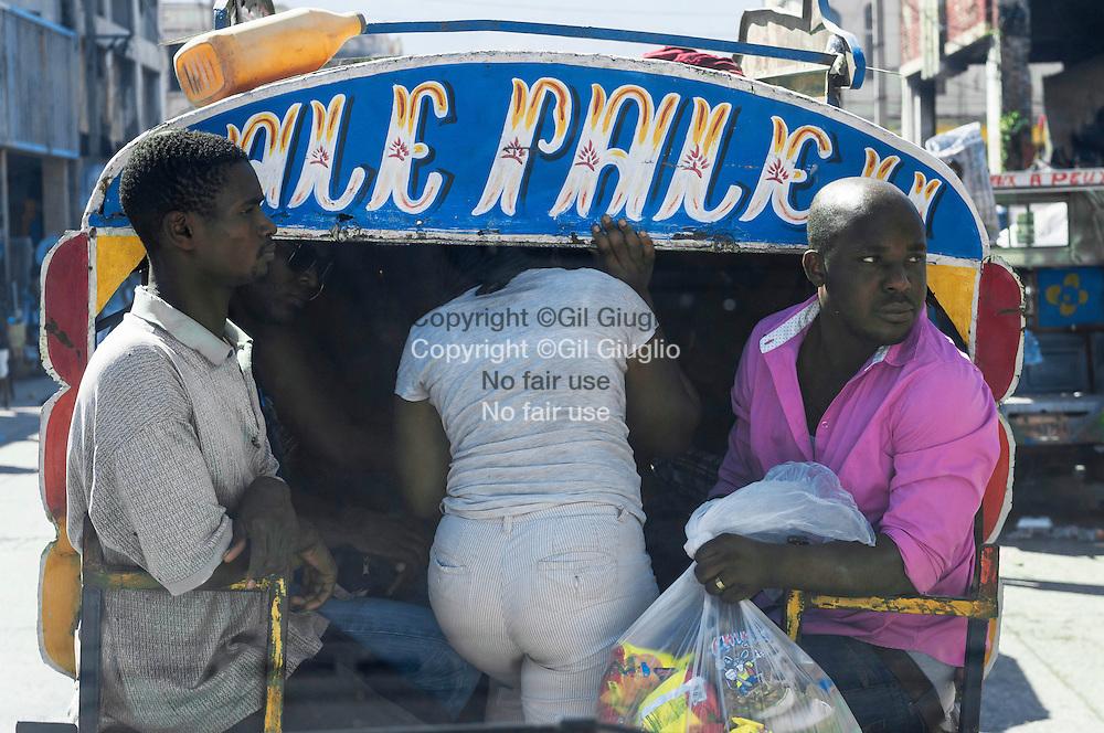 Haïti, Port-aux-Prince, tap tap devant Marché de Fer ou Marché Hyppolite ( ou encore Marché Vallières) // Haiti, Port au Prince, tap tap in front Steel market or Hyppolite Market or Vallières Market