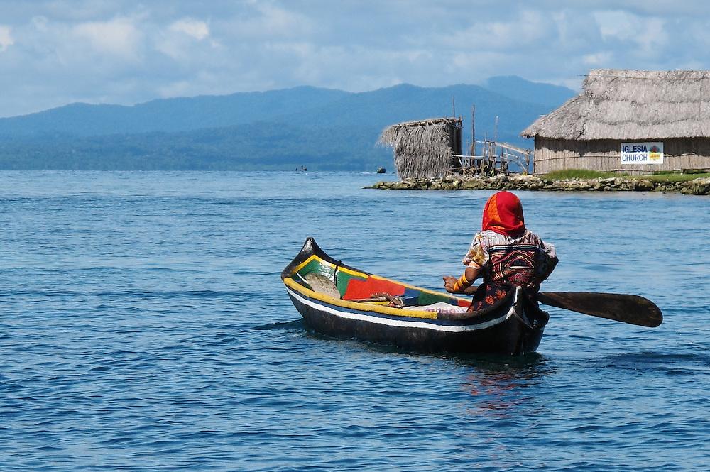 Indígenas guna / mujer / iglesia / Kuna Yala / comarca de Guna Yala, Panamá.