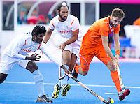 LONDEN - Rogier Hofman in duel met Ignace Tirkey, ,maandag in de hockey wedstrijd tussen de mannen van Nederland en India tijdens de Olympische Spelen in Londen .ANP KOEN SUYK