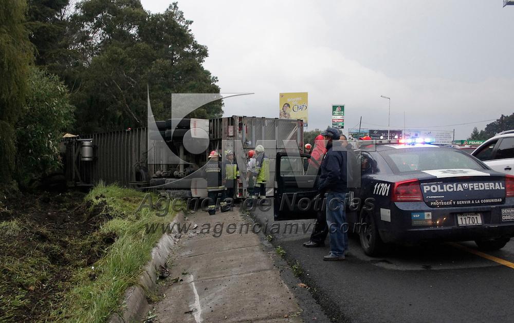 Ocoyoacac, México.- Caos vehicular se registró sobre la carretera México-Toluca km 42+500, con dirección a la capital mexiquense, debido a la volcadura de un tráiler que provocó la muerte del conductor de la unidad. Agencia MVT / Arturo Hernández S.