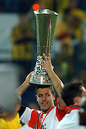 Photo: Gerrit de Heus. Rotterdam. UEFA Cup Final. Feyenoord-Borussia Dortmund. Patrick Paauwe with the Cup. Keywords: beker