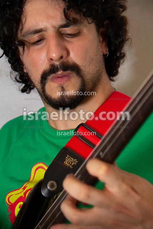 Ciudad de México, 07 de agosto de 2012. El bajista Alonso Arreola durante un ensayo en su estudio de Coyoacán.  /  Bassist Alonso Arreola in a reharsal at his studio in Coyoacan.