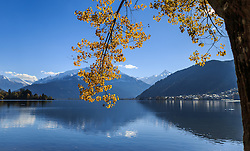THEMENBILD - ein herbstlich gefärbter Baum mit Blätter und der durchscheinenden Sonne an einem sonnigen Herbsttag mit Blick auf Zell am See und die umliegenden Berge, aufgenommen am 21. Oktober 2015, Zell am See, Österreich // view of an autumnal colored tree with leaves and the sun with the Lake Zell and the surrounding Mountains on a sunny Autumn Day, Zell am See, Austria on 2015/10/21. EXPA Pictures © 2015, PhotoCredit: EXPA/ JFK