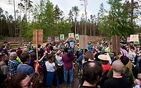 27.05.2017 Puszcza Bialowieska  Spacer Obywatelski - akcja obroncow Puszczy Bialowieskiej przeciwko wycince drzew prowadzonej przez Lasy Panstwowe pod pretekstem walki z kornikiem . Ekolodzy z Dzikiej Polski i Greenpeace uwazaja rowniez , ze wprowadzone przez puszczanskie nadlesnictwa zakazy wstepu do lasu maja ukryc te dzialania przed spoleczenstwem N/z uczestnicy spaceru na swierzym wyrebie fot Michal Kosc / AGENCJA WSCHOD