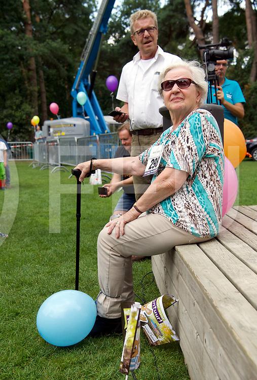 OMMEN - Recodpoging ballon trappen<br /> Foto: Oma is klaar voor de strijd.<br /> 500 mensen aan het schoppen<br /> FFU Press Agency copyright Frank Uijlenbroek