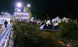 26.09.2015, Grenzübergang, Salzburg, AUT, Fluechtlingskrise in der EU, im Bild Flüchtlinge warten an der Grenze zu Deutschland und schlafen am Boden oder in Zelten // Refugees wait on the border to Germany and to sleep on the ground or in tents. Thousands of refugees fleeing violence and persecution in their own countries continue to make their way toward the EU, border crossing, Salzburg, Austria on 2015/09/26. EXPA Pictures © 2015, PhotoCredit: EXPA/ JFK