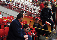 Fotball<br /> Premier League 2004/05<br /> Arsenal v Chelsea<br /> Highbury<br /> 12. desember 2004<br /> Foto: Digitalsport<br /> NORWAY ONLY<br /> Jose Mourinho finalises his tactics while sitting in the stand ahead of kick