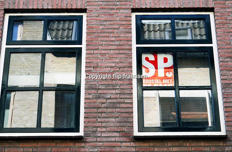 Nederland, Nijmegen, 4-5-2020 Affiche van de socialistische partij, sp, hangt in het raam van een huis, bovenwoning, in de binnenstad .Foto: Flip Franssen