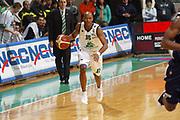 DESCRIZIONE : Siena Lega A1 2005-06 Montepaschi Siena Climamio Fortitudo Bologna <br /> GIOCATORE : Woodward <br /> SQUADRA : Montepaschi Siena <br /> EVENTO : Campionato Lega A1 2005-2006 <br /> GARA : Montepaschi Siena Climamio Fortitudo Bologna <br /> DATA : 08/01/2006 <br /> CATEGORIA : Palleggio <br /> SPORT : Pallacanestro <br /> AUTORE : Agenzia Ciamillo-Castoria/G.Ciamillo