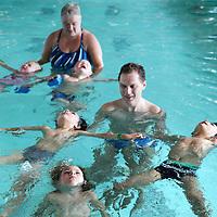 Nederland, Amsterdam, 11 juli 2015.<br /> Steeds meer kinderen krijgen een turbocursus zwemmen. Swimbee in Amsterdam traint momenteel een groep kinderen die dertien aaneengesloten dagen les krijgen<br /> Op de foto: zweminstructeur Mike de Bruijn onder in beeld Hero in het zwembad van het Ronald Mc Donald Centre,<br /> <br /> <br /> Foto: Jean-Pierre Jans