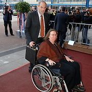 NLD/Amsterdam/20060409 -  Première Black Pinocchio, burgemeester Job Cohen en invalide partner Lydie, rolstoel, koffertje