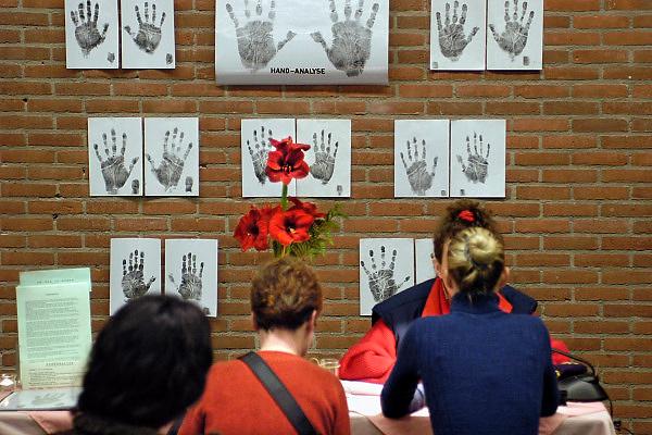 Nederland, Nijmegen, 2-3-2003..Handlezen op een paranormaal beurs...Handlijnen, new age, bijgeloof, alternatieve geneeskunde..Foto: Flip Franssen