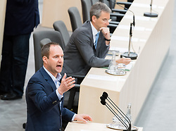 17.04.2018, Hofburg, Wien, AUT, Parlament, Sitzung des Nationalrates mit Generaldebatte über das Doppelbudget 2018 und 2019, im Bild NEOS-Klubobmann Matthias Strolz vor Finanzminister Hartwig Löger (ÖVP) // Party whip of the Austrian Liberal Party NEOS Matthias Strolz in front of Austrian Minister for Finance Hartwig Loeger during meeting of the National Council of Austria regarding on federal budget for 2018 and 2019 at Hofburg palace in Vienna, Austria on 2018/04/17, EXPA Pictures © 2018, PhotoCredit: EXPA/ Michael Gruber