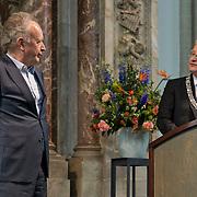Amsterdam, 25-04-2014. Vandaag vindt de jaarlijkse lintjesregen plaats. In de Nieuwe Kerk te Amsterdam kregen vandaag de nieuwe ridders en officieren van Amsterdam hun lintje opgespeld door burgemeester Van der Laan. Er krijgen 19 dames en 35 heren een onderscheiding. 12 dames en 20 heren worden Lid in de Orde van Oranje Nassau. 5 ddames en 10 heren worden Ridder in de Orde van Oranje Nassau. 1 dame en 4 heren worden Officier van Oranje Nassau en 1 dame en 1 heer worden Ridder in de Orde van de Nederlandse Leeuw.  Op de foto (stem)acteur, cabaretier en toneelschrijver Paul Haenen kreeg uit handen van de burgemeester de koninklijke onderscheiding opgespeld die hoort bij de Ridder in de Orde van Oranje Nassau.