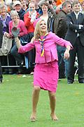 Koninginnedag 2008 / Queensday 2008. <br /> <br /> Koningin Beatrix viert Koninginnedag dit jaar in Friesland. De vorstin en haar familie bezochten op 30 april Makkum en Franeker.<br /> <br /> Queen Beatrix celebrates Queensday this year in Friesland (the Nothren provice in Holland). The Queen and its family visited Makkum and Franeker on 30 April.<br /> <br /> Op de foto/ On the Photo:Prinses Maxima doet mee aan de lokale sport Kaatsen/ Princes Maxima plays a local Game