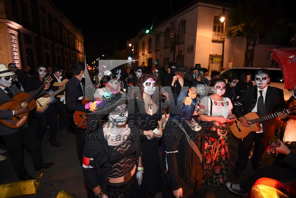 Toluca, México (Noviembre 01, 2016).- Hombres, mujeres y niños se disfrazaron de catrinas y salieron a recorrer las calles de Toluca interpretando canciones alusivas a la muerte, en el marco del festejo del Día de muertos. Agencia MVT / Crisanta Espinosa