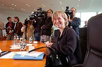 25 JUN 2003, BERLIN/GERMANY:<br /> Simone Probst, B90/Gruene, Parl. Staatssekretaerin im Bundesumweltministerium, mit Akten, vor Beginn der Kabinettsitzung, Bundeskanzleramt<br /> IMAGE: 20030625-01-001<br /> KEYWORDS: Kabinett, Sitzung, Akte, papers, Unterlagen