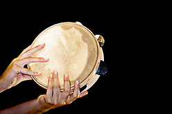 Tamburello, strumento musicale tipico della Pizzica. 01/06/2007 (PH Gabriele Spedicato)..La pizzica, o, detta nella sua forma più tradizionale pizzica pizzica, è una danza popolare attribuita oggi particolarmente al Salento, ma in realtà era praticata sino agli anni '70 del XX sec. in tutta la Puglia centro-meridionale e in Basilicata..Fa parte della grande famiglia delle tarantelle, come si usa chiamare quel variegato gruppo di danze diffuse dall'Età Moderna nell'Italia meridionale