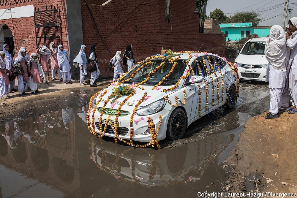 Trafic d'épouse 11032019. Haryana. Biwhat district. Village. Voiture d'un cortège de mariés.