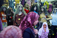 Egypte, la côte méditerranéenne, Alexandrie, shopping avenue Abdel Nasser (ex. rue Fouad). // Egypt, Alexandria, shopping at Abdel Nasser street (ex Fouad street).