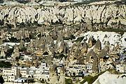 Turkije, Goreme, 7-6-2015 De bizarre rotsformaties van cappadocie zijn een toeristische trekpleister. In het gebied leefden al in de eerste eeuwen na christus christenen die er hun kloosters en kerken in de zachte kalksteen uithouwden. De stad goreme is gebouwd temidden van dotswoningen .Foto: Flip Franssen