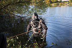 © Licensed to London News Pictures. 19/10/2016. Oxshott, UK. Members of a specialist dive team search Littleheath Pond near Oxshott, Surrey in connection with the murder of 50-year-old Robyn Mercer. The body of Mother-of-two, Robyn Mercer was discovered outside a residential address in West Molesey in March.  Photo credit: Peter Macdiarmid/LNP