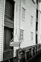 Ålesund 20111113. En trekasse henger i et tau ved en gammel sjøbod på Molja i Ålesund.<br /> Foto: Svein Ove Ekornesvåg
