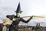Grüne Weihnachten mit Wicked: Die Protagonisten des Erfolgsmusical auf dem Lindenplatz in Zuerich am 12. Dezember 2017.<br />Photo Siggi Bucher