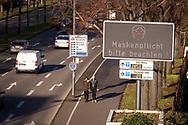 large display on the street Agrippinaufer in the city district Bayenthal points out the obligation to wear masks, Cologne, Germany.<br /> <br /> Grossdisplay an der Strasse Agrippinaufer im Staddteil Bayenthal weist auf die Maskenpflicht hin, Koeln, Deutschland.