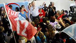 """José Fortunati durante o abraço das mulheres da coligação """"Por Amor a Porto Alegre"""", na inauguração do comitê suprapartidário feminino. FOTO: Jefferson Bernardes/Preview.com"""