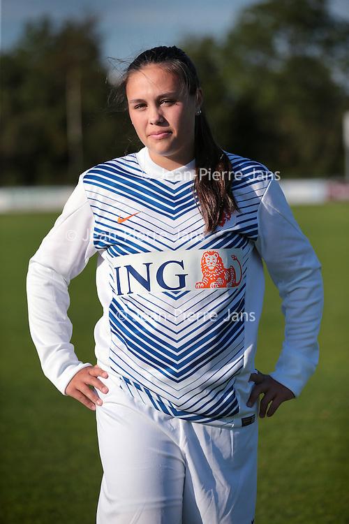 Nederland, Hoofddorp, 4 juni 2015.<br /> WK Vrouwenvoetbal.<br /> Tienermeiden van voetbalvereniging Overbos.<br /> Op de foto: Melissa Jager<br /> <br /> <br /> <br /> Foto: Jean-Pierre Jans