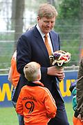 """Koning Willem Alexander opent Koningsspelen in Ens van de drie basisscholen Het Lichtschip, De Horizon en De Regenboog in Ens. Het gaat om een dag vol bewegen voor kinderen, die wordt voorafgegaan door een feestelijk Koningsontbijt.<br /> <br /> King Willem Alexander opens the """" King Games"""" in the town Ens. It is a day of exercise for children, which is preceded by a festive King Breakfast.<br /> <br /> Op de foto / On the photo:"""